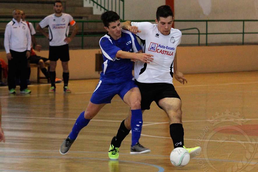 Miguel lucha con un jugador del Tierno Galván por la posesión del balón
