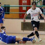Valco intenta llevarse el balón ante a entrada de un rival