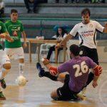 El portero visitante evita el gol de Valcosa