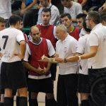 Los jugadores escuchan las indicaciones del entrenador Ángel Carlos Hernando