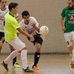 Gonzalo Campillo busca el gol desde su propio área ante la oposición del portero-jugador