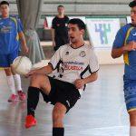 """Carlos """"Chuki"""" intenta controlar un balón durante el partido contra Tres Columnas"""