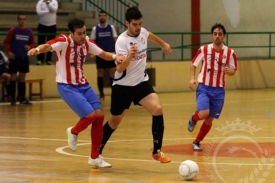 Abel conduce el balón ante la oposición de un jugador del Atlético Bembibre