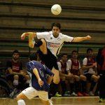 """Daniel """"Valco"""" se eleva por encima del rival para controlar el balón"""
