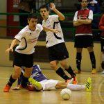 """Carlos """"Chuki"""" y Gonzalo """"Campi"""" luchan por un balón con un jugador de El Espinar"""