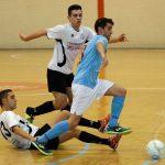 "Alfonso ""Kuku"" y Miguel intentan robar el balón a un jugador del Salamanca"