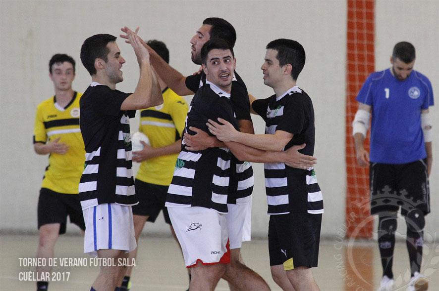 Jugadores de Jubertus de Tulín celebran un gol durante un partido del Torneo de verano 2017.