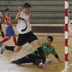 El portero del Atlético Bembibre evita el gol de Abel