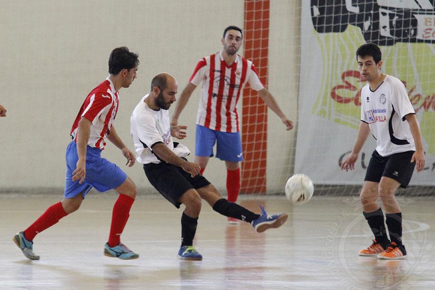 Corrus marca ungol desde su campo en un partido contra Bembibre. | Foto: Gabriel Gómez |