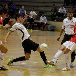 Aarón y Darío intentan robar el balón a un jugador del Tierno Galván