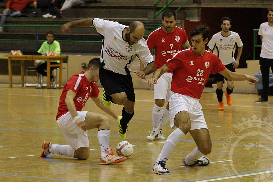 """Carlos Ortega """"Corrus"""" intenta superar a tres jugadores del Tierno Galván. /Foto: Gabriel Gómez/"""