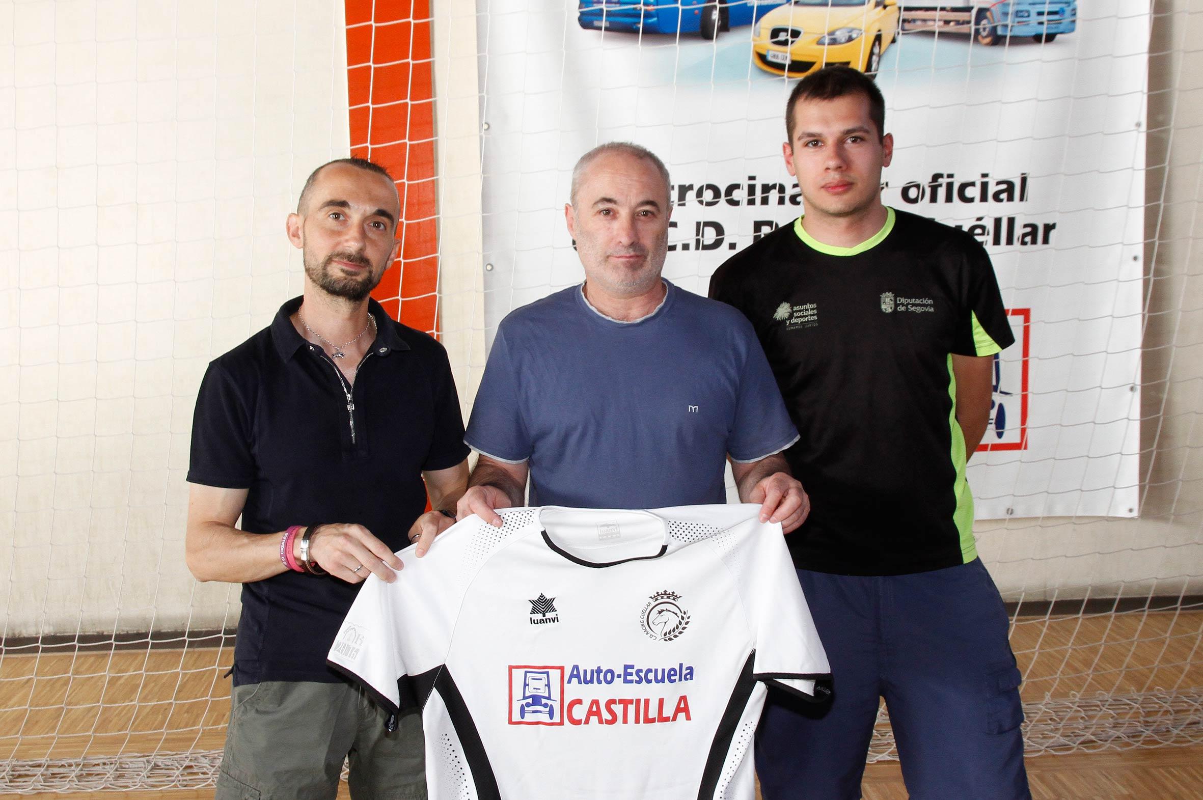 Luis Martín (centro) e Iván Martín (dcha) posan junto al presidente del Racing Cuéllar, Jesús Ferreiro, con la camiseta oficial. | Foto: Gabriel Gómez |