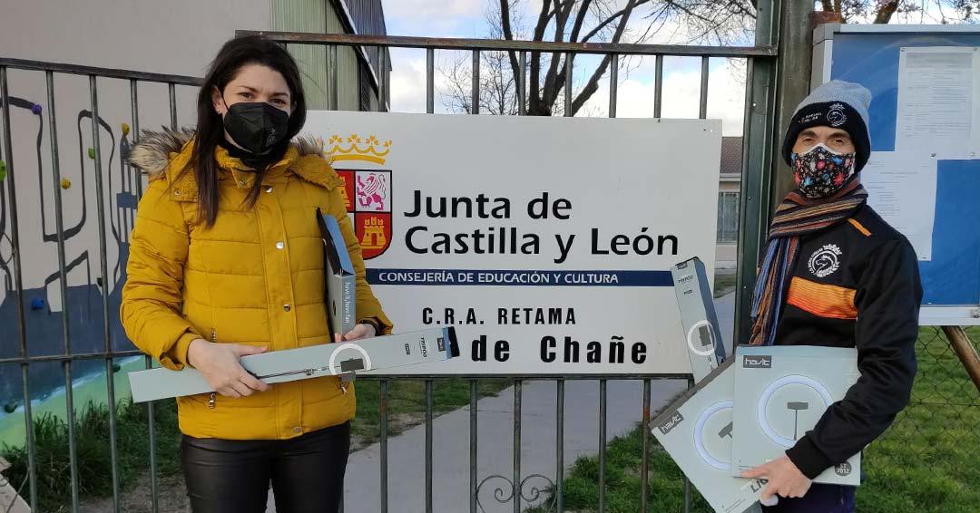 El presidente del Racing Cuéllar entregó el material a la directora del CRA Retama.
